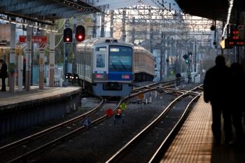 2020年4月3日 5時50分ころ。小平。3番ホームから発車した6102Fの上り回送列車。2455F+2055Fの上り回送列車は4番ホームで待機。