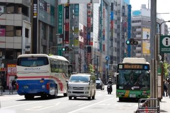 2020年4月4日 11時31分ころ。池袋駅東口前。JR西日本の金沢ゆき高速バス(左)と都バス。