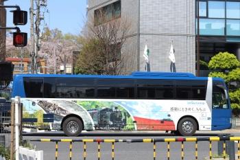 2020年4月6日 12時半ころ。高田馬場駅近くの新目白通り。都心へ向かう西武の高速バス。秩父鉄道のSL列車も車体に大きく載った車体広告。