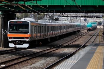 2020年4月11日 14時4分ころ。新秋津。発車した西船橋方面ゆきの旅客列車と、中線で待避する貨物列車。