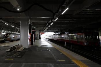 2020年4月11日。所沢。多摩川線へ送られる1253F(右)と001-E編成の64レ。
