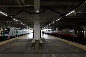 2020年4月11日。所沢。多摩川線へ送られる1253F(右)と40151F(ドラえもん)の上り回送列車(3104レの後)。