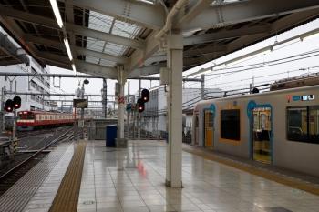 2020年4月12日 6時38分ころ。飯能。特急ホームから発車した9103Fの上り回送列車(左奥)と40101Fの3104レ。
