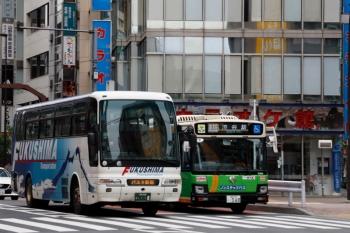 2020年4月12日。池袋駅前の明治通り。福島交通のバスタ新宿ゆき高速バスと渋谷駅ゆきの都バス。