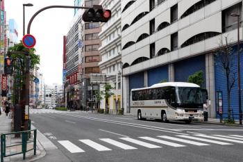 2020年4月12日。池袋駅前。日本中央バスの高速バス。15時ころですが歩道は閑散としてます。