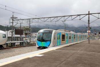 2020年4月12日。西武秩父。2番ホームへ到着する40102FのS-Train 401レ。左は001-B編成の20レ。