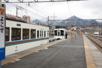 2020年4月12日。横瀬。三峰口ゆきの4005Fが先に発車し、4019Fの長瀞ゆき6053レは取り残されます。