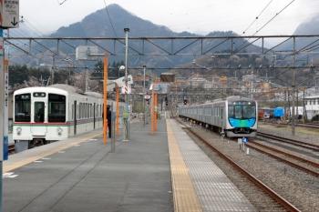 2020年4月12日 9時48分ころ。横瀬。長瀞ゆき4019Fがまだ止まる横に、40102Fの下り回送列車が到着しました。