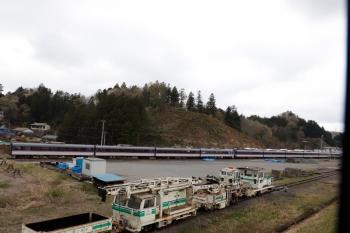 2020年4月12日。横瀬。列車内から見た10000系の廃車群。