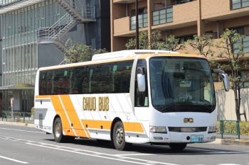 2020年4月15日 12時20分ころ。高田馬場駅近くの新目白通り。いつも見かける西武や千曲バス、富山地方鉄道、頸城交通、新潟交通の高速バスが消えた代わりに、群馬中央バスの回送が都心へ向かいます。