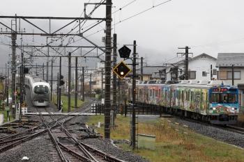 2020年4月18日。西武秩父。001-B編成の7レ(左)と秩父鉄道の熊谷ゆき。