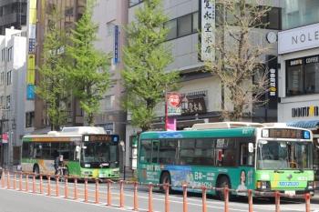 2020年4月22日 8時29分ころ。目白駅前。新宿駅西口ゆき(右)と池袋駅東口ゆきの都バスの並び。