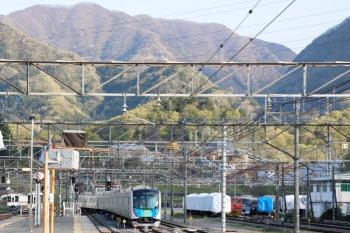 2020年4月23日。横瀬。発車する40101Fの上り回送列車。左端は5035レの後で回送されてきた4003Fと、6054レ・6004レとなる4007F・4001F(見えませんが)。右奥には廃車となった10000系も見えます。