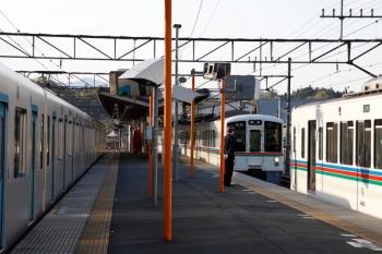 2020年4月23日。横瀬。2番ホームを通過する40101Fの下り回送列車(左)。そして御花畑から先に到着した4007F(右)に連結しようとする西武秩父始発の4001F。