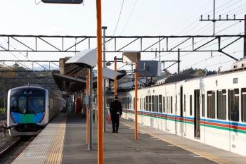 2020年4月25日。横瀬。2番ホームを通過する40101Fの下り回送列車(左)と、4007F+4001Fの6004レ。