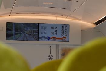 2020年4月26日 11時7分ころ。吾野駅に停車中の特急「むさし65号」の車内。先頭車の前面光景を映すモニターに5024レが見えてます。