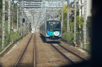 2020年4月26日 10時14分ころ。東久留米〜清瀬駅間。65レの車内から見えた40151Fの2124レ。