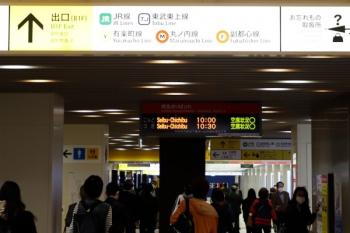 2020年4月26日 9時46分ころ。西武 池袋駅の改札内 地下通路。3110レの乗客で人は多いですが、単独行の若い男性が多い感じ。