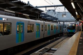 2020年4月26日。所沢。S-Trainの並び。40101Fの404レ(左)と40104Fの403レ。どちらも、少ないながら乗客はいました。