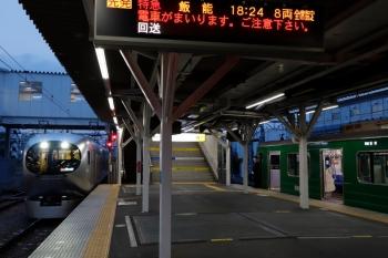2020年4月26日。所沢。東急5122Fの3701レ(右)と、追い抜く001-F編成の31レ。