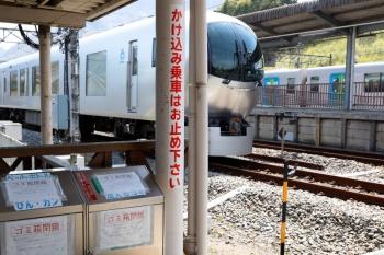 2020年4月26日。横瀬。COVID-19感染防止で閉鎖中のゴミ箱と、「むさし65号」延長運転のお役目が終わり横瀬駅へ回送されてきた001-G編成、そして夕方のS-Trainまでお休みの40101F。