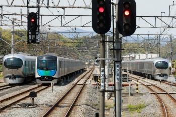 2020年4月26日。横瀬。上り列車の車内から。左から、001-D編成、40101F、001-G編成。