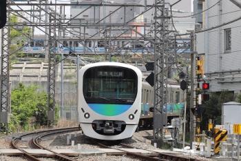 2020年4月28日。高田馬場〜下落合。38104Fの5633レ。奥は東京オリンピックPR車体広告のりんかい線70-000形。