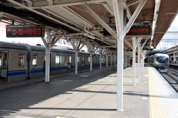 2020年5月2日。所沢。20152Fの4137レを待たせて、001-E編成の下り回送列車が先発(右)。
