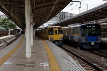 2020年5月3日。入間市。20151Fの5118レ(右)と2087Fの下り回送列車。