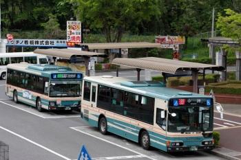 2020年5月3日。入間市駅前のバス停。手前が中神ゆき、奥が準急 入間市博物館ゆきの西武バス。