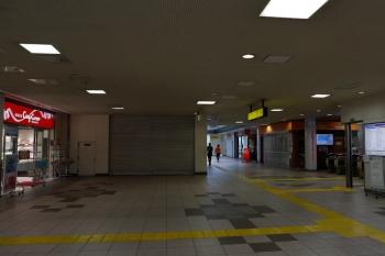 2020年5月3日。入間市駅。右手が改札口。トモニーは短縮営業だったと思いますがこの時は閉店、マクドナルドとコージーコーナーは営業してました。