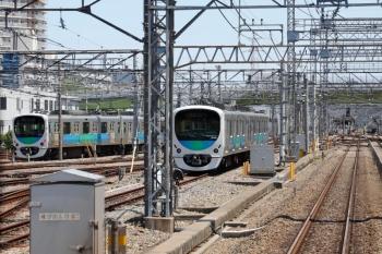 2020年5月17日 12時半ころ。小手指車両基地。上り列車の車内から。手前の2連専用スペースに止まっているのは32102F。