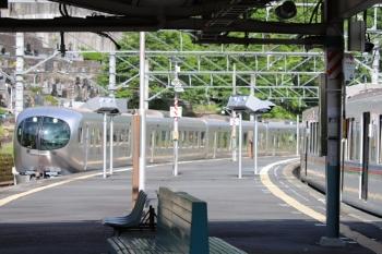 2020年5月23日 7時44分ころ。吾野。4001Fの5009レ(右)と、通過する001-A編成の上り回送列車(70レのスジのはずです)。