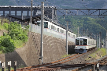 2020年5月24日 15時34分ころ。西武秩父/御花畑〜影森。御花畑駅へ回送される西武4003Fの下り回送列車(右)と、西武秩父駅3番ホームに停車する4000系の5044レ。