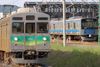 2020年5月24日 16時26分ころ。西武秩父/御花畑〜影森。秩父鉄道の影森ゆき(左手前)と20151Fの1002レ。