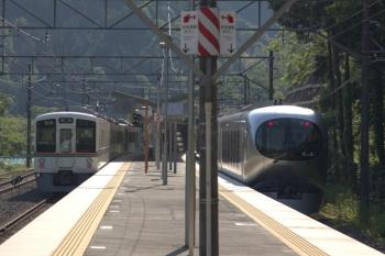 2020年5月30日 7時32分ころ。芦ケ久保。2番ホームを通過する001-G編成の上り回送列車(右)と4013Fの5012レ。