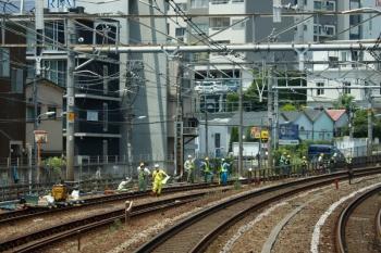 2020年5月30日 11時半ころ。目黒〜五反田。運休の山手貨物線で、堂々とレール上に物をおいて作業していました。