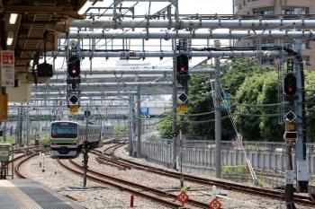 2020年5月30日 11時0分ころ。大崎。上りホームから発車し、駅南側の渡り線で転線するE231系の下り列車。