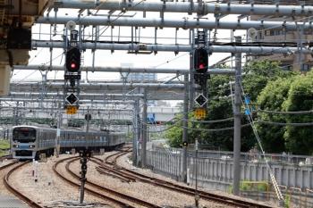 2020年5月30日 11時2分ころ。大崎。駅南側の渡り線で転線し下りホームへ到着する、りんかい線70-000形。