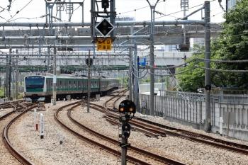2020年5月30日 11時9分ころ。大崎。駅南側の渡り線で転線し、新木場ゆき表示で下りホームへ到着する埼京線の上り列車。