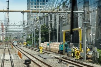 2020年5月30日 10時ころ。渋谷〜原宿。内回り列車の車内から見た山手貨物線。レール上に軌陸車が止まってます。
