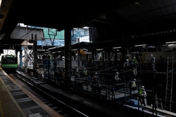 2020年5月30日 10時半ころ。渋谷。内回りホーム北側から見た工事現場。山手貨物線の軌道の上に足場を組んで作業しているようです。新ホームのかなり下にレールが見えてます。