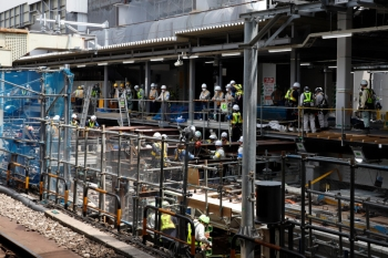 2020年5月30日 10時半ころ。渋谷。内回りホームから見た工事現場。写真中央では、右手の新ホームの下にあるH形鋼をウィンチを使って人力で引き出しているようでした。作業の趣旨は不明。