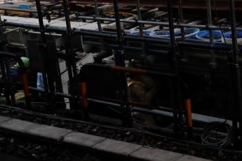 2020年5月30日 10時半ころ。渋谷。内回りホームから見た工事現場。山手貨物線の軌道をジャッキで持ち上げて、開いた隙間に鋼鉄ブロックを人が押し込んでいるように見えました。