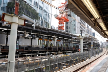 2020年5月30日 11時前。渋谷。山手線内回りホームから見た工事現場。新ホームにはイロイロ資材が置かれてます。