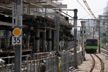 2020年5月30日 10時半ころ。渋谷。山手線内回りホームから南側を見てます。山手貨物線のホームは段差があります。