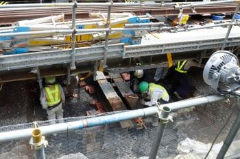 2020年5月30日 11時前。渋谷。内回り列車の車内から見た工事現場。軌道を嵩上げして下で何やら作業してました。