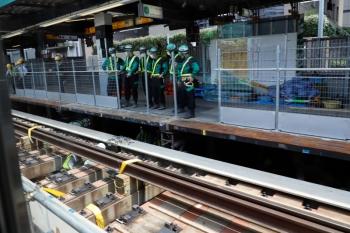 2020年5月30日 11時前。渋谷。内回り列車の車内から見た渋谷駅の南側。軌道が嵩上げされて旧ホームと同じような高さにレールがあります。