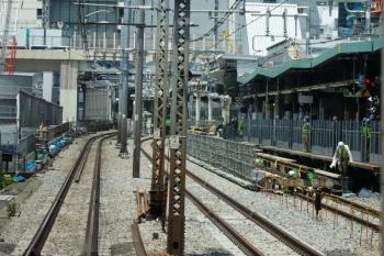 2020年5月30日 11時半ころ。渋谷。外回り列車の車内から見た渋谷駅の南側。旧ホームの中央部辺りから線路を嵩上げしているようでした。