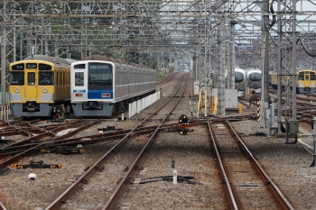 2020年5月31日 9時47分ころ。小手指。駅のホームから見た電留線と車両基地。車両基地の中では001系が2本 並んでいました。